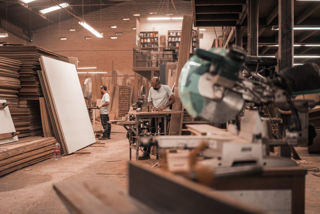 atelier bois homme scie